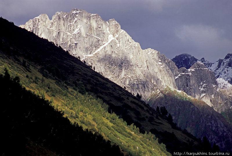 Скальные хребты в истоках Второй Фомкиной речки.