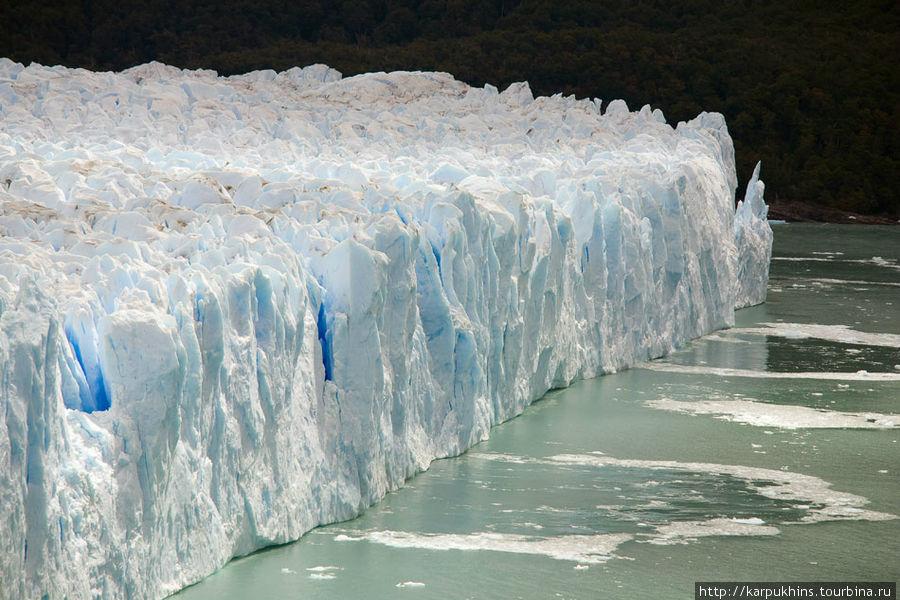 Поражает то, что передовая часть ледника всегда сохраняет форму вертикальной стены. При этом она постоянно осыпается и обновляется. Всё же это чудо природы.