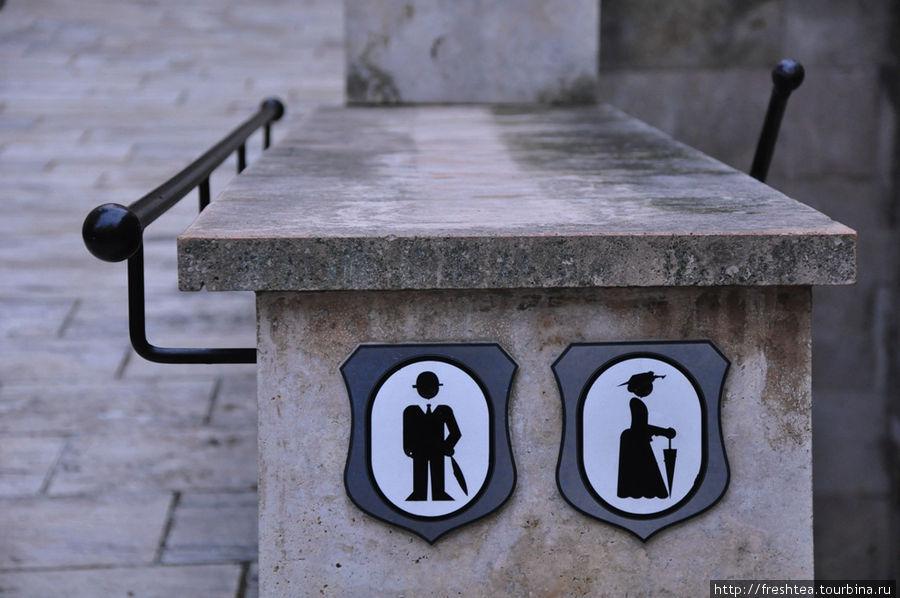 Бойницкий замок — объект пристального внимания туристов: жизненно необходимая полезная информация должна быть доступна без перевода :)