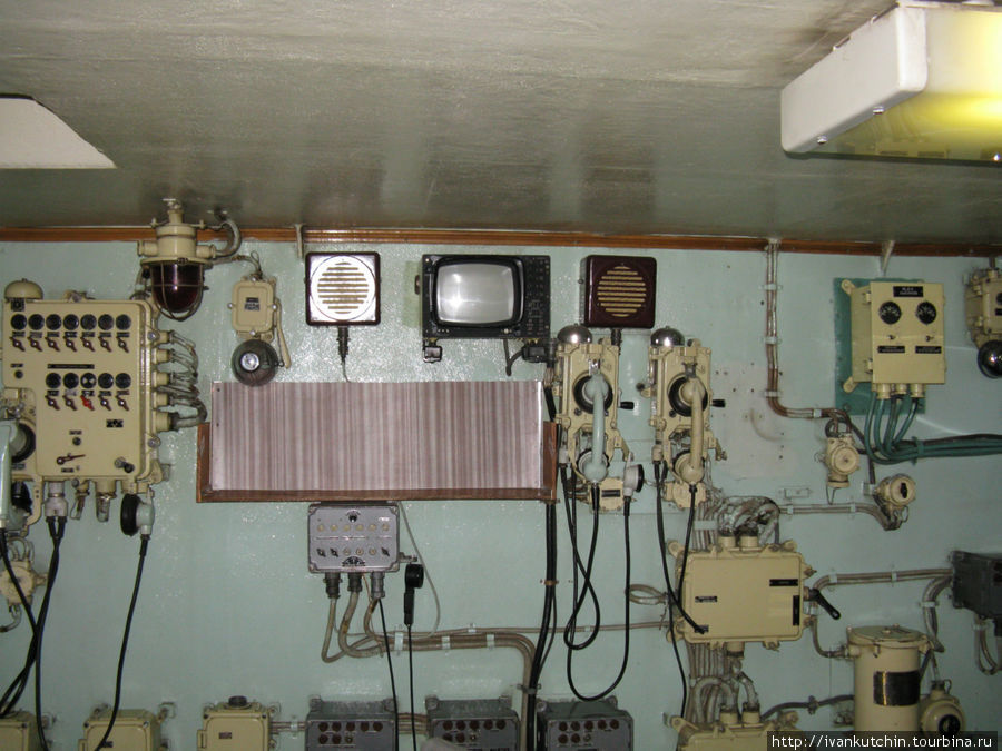Прообраз современных систем видеонаблюдения. На дисплей подавалась видеоинформация из реакторного отсека. Правда с небольшой задержкой, в записи. Видимо, прямая трансляция была в то время невозможна.