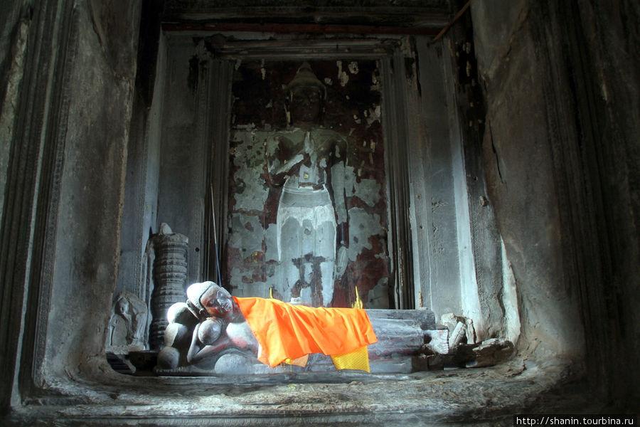 Статуи Будды внутри Ангкор-вата