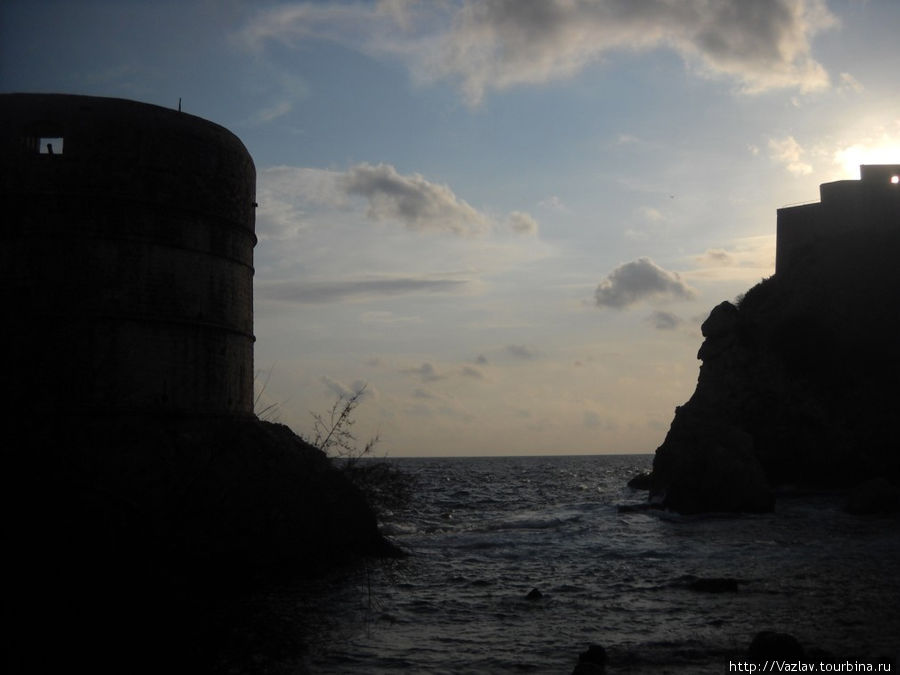 Форт, находящийся справа, затмевает солнце