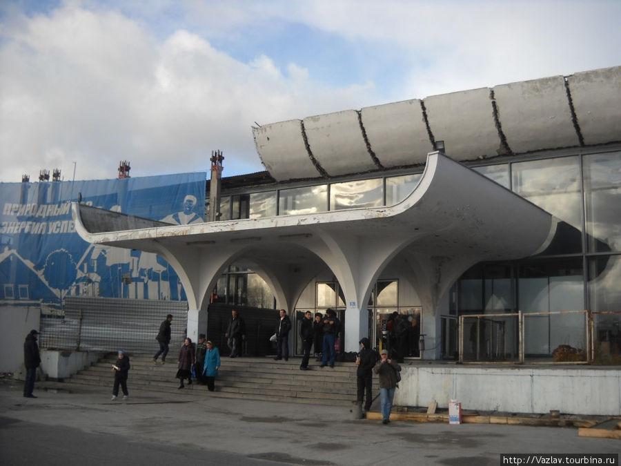 Фасад аэропорта со стороны автостоянки