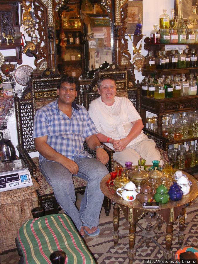 Очень интересная лавка. Хозяин торгует старинными вещами, маслами, кремами, чаями. При чем может просто с Вами пообщаться и угостить чашечкой чая.