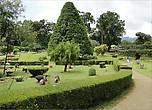 Чувствуется влияние англичан. Кстати, первым, кто предложил преобразовать территорию парка под ботанический сад, был садовник Королевского  сада Кью в Великобритании...