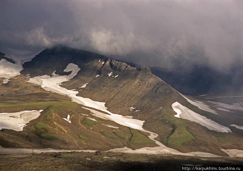 Здесь примерно восточный ракурс. Где-то за этой горой находится Мутновская ГеоТЭС.