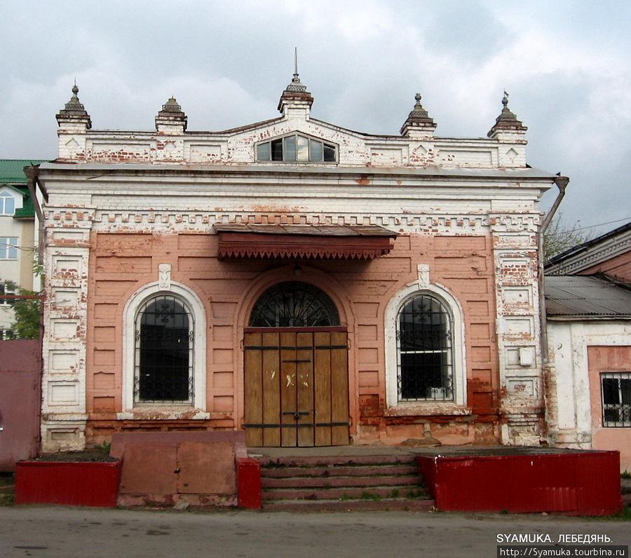 Главного украшения здания — флюгера — серебристого осетра, —   на здании теперь нет, как нет и вывески