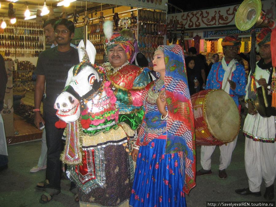 А это — будто бы индийская свадьба, забавное зрелище...