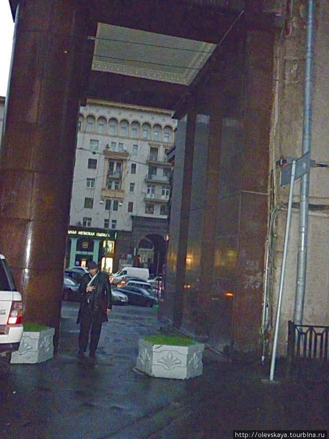 Вот в эту арку заходим...Это недалеко от Кремля