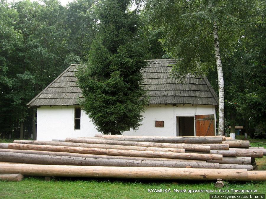Регион Покуття представлен  маслобойней XIX века, сохранившейся в селе Олеша Тлумацкого района. Галич, Украина