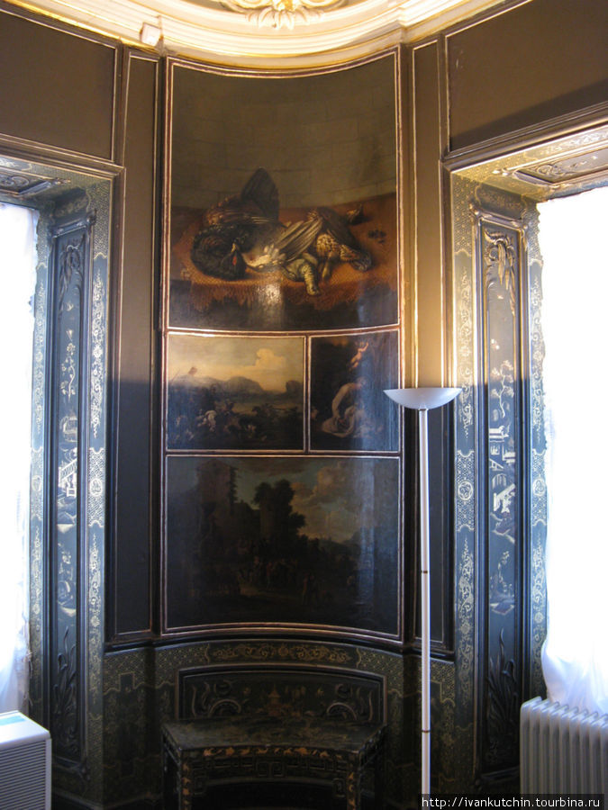 Углы также украшены живописью. На рамах — роспись золотом.