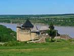 Как только перейти оборонный ров и подняться на земляной вал, крепостные укрепления открываются, как на ладони.