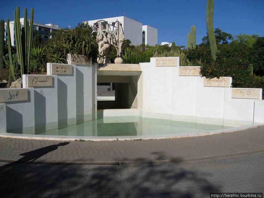 Парк, а это водопад, у которого по бокам написано слово МИР на разных языках