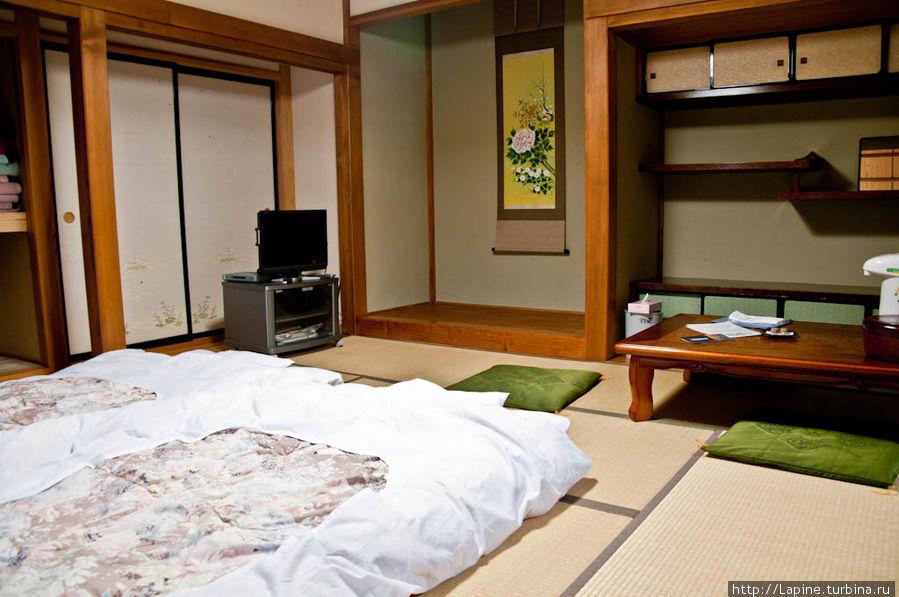 ... и в другую. Тут видны встроенные шкафы, в которых на день убирают футоны, подушки и одеяла.