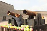 На стену без билета не пробраться — охраняют пушками, хоть и стреляют они детскими мячиками) на самом деле это просто аттракцион