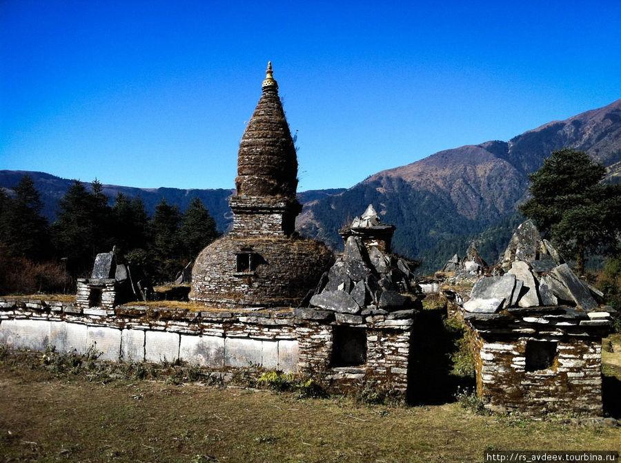 Очень много по дороге встречается храмов и подобных монументов