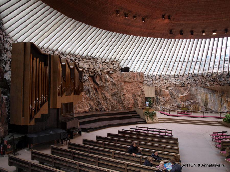 Церковь в скале Темппелиаукио в Хельсинки.