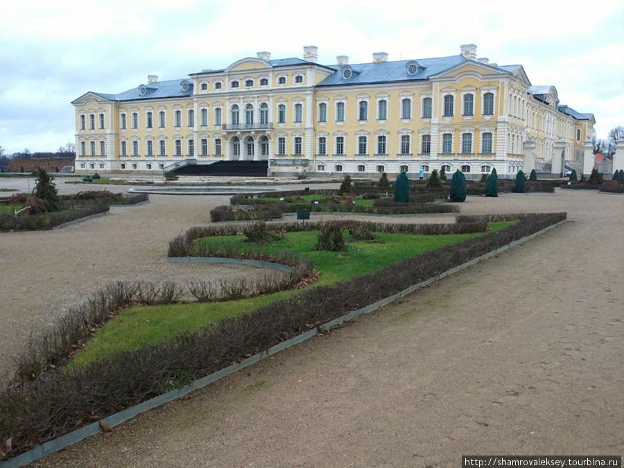 Рундальский дворец со стороны парка