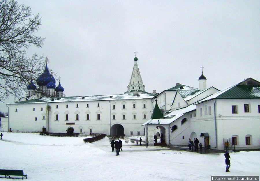 Вид на Кремль с земляного вала. На первом этаже Архиерейских палат расположен ресторан «Трапезная»