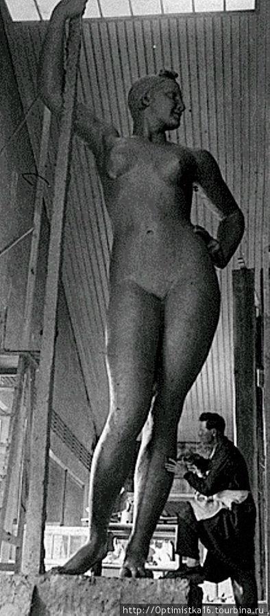 В мастерской. Иван Шадр работает над скульптурой.