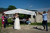 Невеста танцует с гостем, который хочет сделать подарок. Здесь принято дарить украшения, и дарят их в танце. По этой причине невеста обычно не надевает большого количества украшений — чтобы было где разместить на себе подарки!
