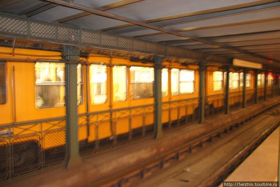 Жёлтая линия №1 и поезд на станции