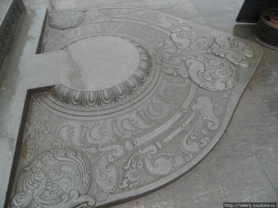 Эта плита у входа в храм называется