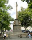 Посреди площади стоит столб иного рода — колонна. Как правило, в средние века такая колонна именовалась чумной
