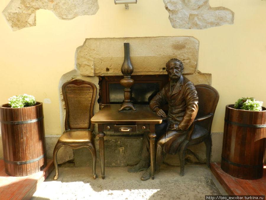 Памятник создателю лампы