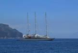 Амальфи. Кому-то очень хотелось современную яхту, но чтобы ходить под парусами тоже было можно.