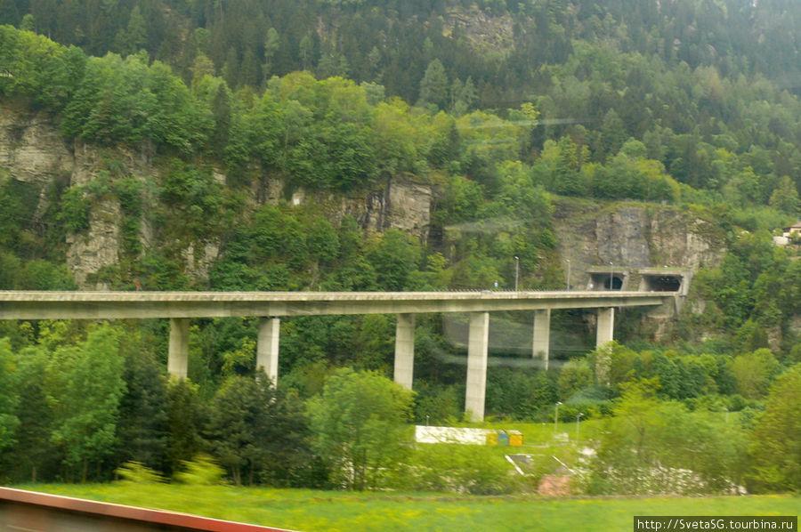 За окном уже не было гор со снежными вершинами, но пейзажи были тоже довольно привлекательны, а еще мне захотелось поснимать дороги, мосты, т.к. транспортная система Швейцарии меня просто восхитила.