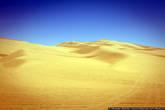 Зато чуть подальше, по трассе километров пятьдесят, есть более привычная нашему сознанию пустыня: песок и больше ничего.