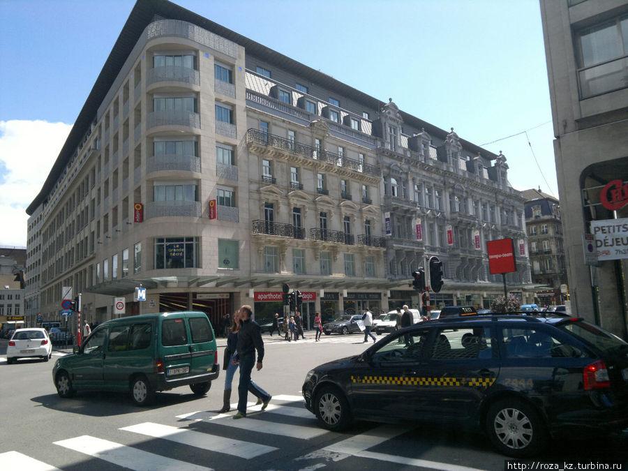 Вход в отель в 5 метрах от входа в метро. Фото делала с автобусной остановки