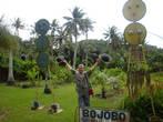в ботаническом саду (символ Сайпана — куклы