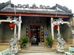 Собрание китайской общины.  Именно в Хойане возникло первое китайское поселение в Южном Вьетнаме. Чтобы обсудить торговую стратегию, последние новости   или отпраздновать   национальные праздники, китайской общиной   были выстроены (17-18 века) городские залы собраний, которые действуют и до сих пор.    Сохранились дома купцов из Фуцзяни, Кантона, Хайнани, Чаочжоу, а также их общий, единый дом.