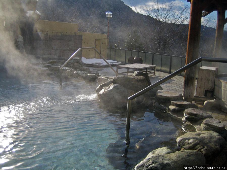 Справа — цель нашего визита — бассейн с проточной горячей минеральной водой, где и происходит основная часть действа, и, скорее всего, именно он и носит название