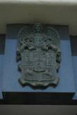 Герб Пльзени.  Самой первой на гербе появилась часть с изображением борзой. Эта порода собак символизирует верность жителей города чешскому королю. В 1434 г. Зигмунд Люксембургский к борзой прибавил верблюда, или попросту говоря «стащил» этот символ со знамен войск, в 15-ом в. пытавшихся покорить Пльзень.         В 1466 г. Папа Павел II  герб города разделил еще на два поля, которые должны были стать символами верности граждан католической церкви. Так на серебряном поле появились два золотых ключа Папы, а на золотом – рыцарь с правой половиной черного орла в руках. В 2-й пол. 16 в. Пльзеняне собственноручно добавили к гербу и пятое поле – в центре. На нем изображены городские ворота с рыцарем – основоположником города Вацлавом II. Ангел в пльзеньской символике появился лишь в 1578 г. благодаря Папе Ржегоржу Второму. Посланец Божий держит герб Пльзни.  Это было последнее изменение.