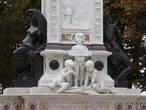 Деталь памятника Рафаэлю
