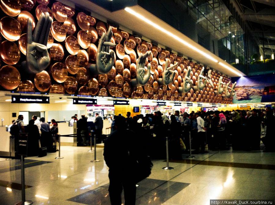 Так встречает всех прибывающих аэропорт Нью-Дели
