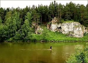 Чтобы подойти к скалам, можно поробовать перейти реку вброд, если она позволит.