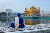 Воин сикхского ордена Ниханг, медитирующий рядом с храмом Хармандир Сахиб – Золотым храмом, главной святыней сикхов. Амритцар, штат Пенджаб