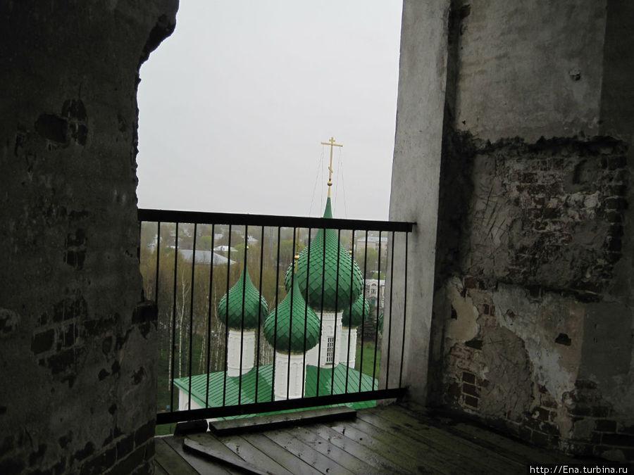 На верхней площадке колокольни Троицкого собора.