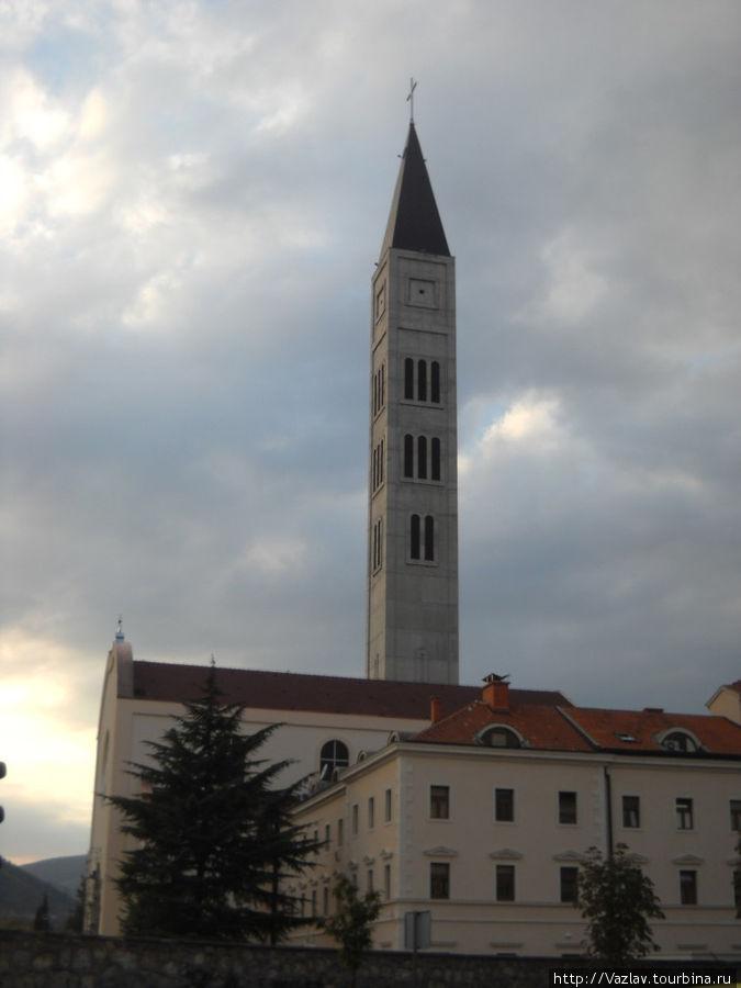Церковь и её выдающаяся колокольня
