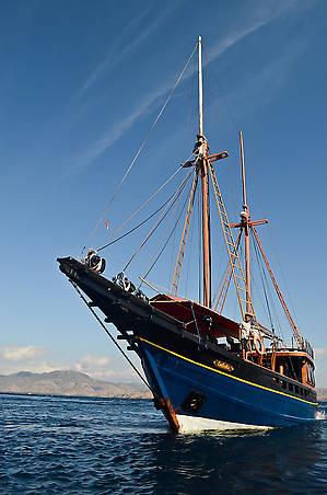 Судно было построено Хаджи Абдулой — одним из лучших кораблестроителей Индонезии. Впервые на воду оно было спущено в августе 2005 в Бире на острове Сулавеси.