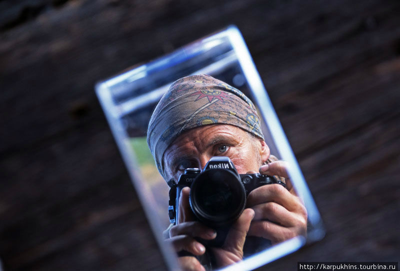 Автопортрет в зеркале, которое висело на стене избы.