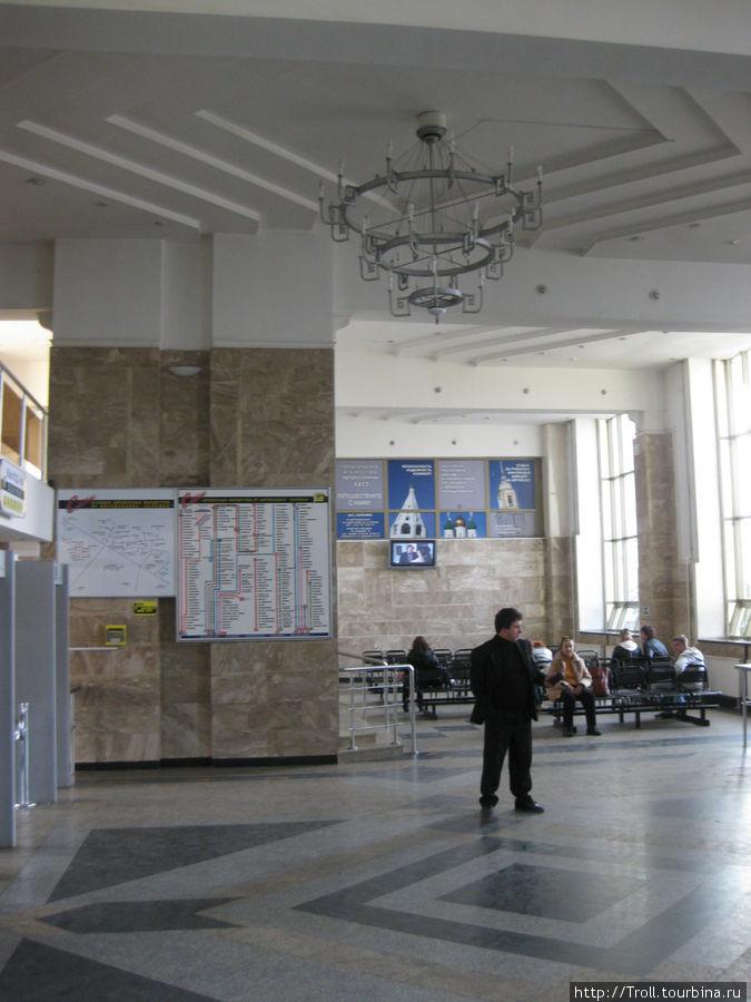Зал ожидания. Позади — кассы, слева выход к платформам пригородного транспорта, справа — к перрону на Рязань и Москву