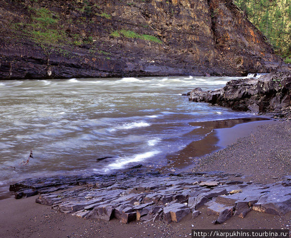 На участке вблизи Колымской трассы Сунтар течёт в каньоне.