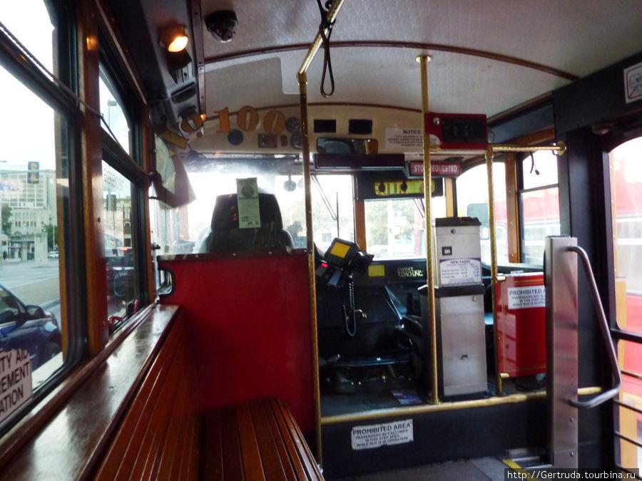 Внутри автобуса, место водителя и автомат для оплаты