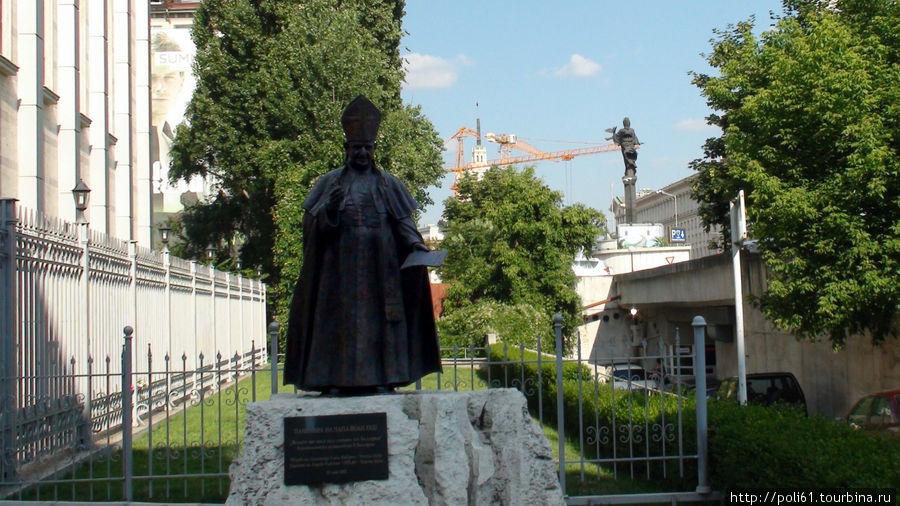 Памятник Иоанну XXIII, которого в Италии прозвали