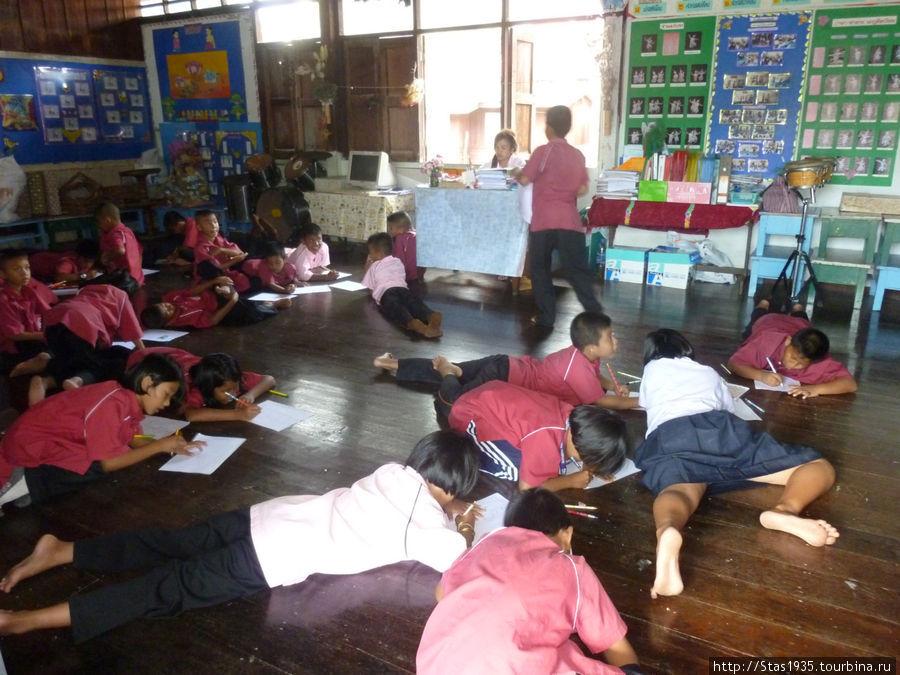 Южный Таиланд. Андаманское море. Урок рисования в школе деревни морских цыган.